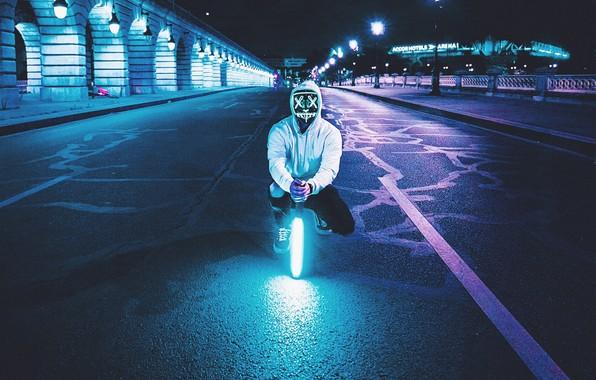 Картинка ночь, улица, человек, лампа, неон, маска