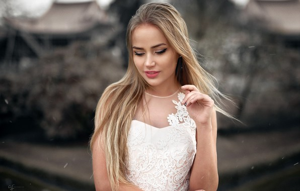 Картинка поза, фон, модель, портрет, макияж, платье, прическа, блондинка, красотка, стоит, в белом, боке, Mary Jane, …