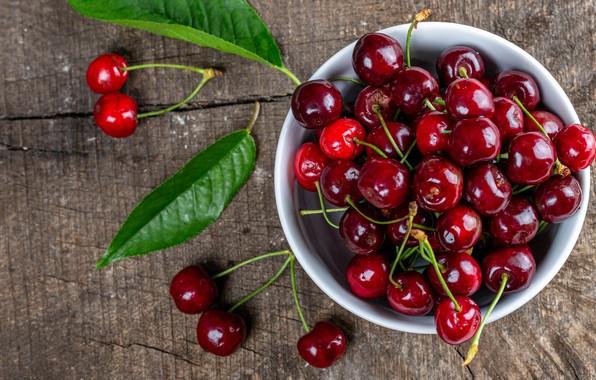 Картинка листья, вишня, ягоды, доски, блеск, еда, чашка, красные, миска, россыпь, много, черешня, сочные, спелые, пиала