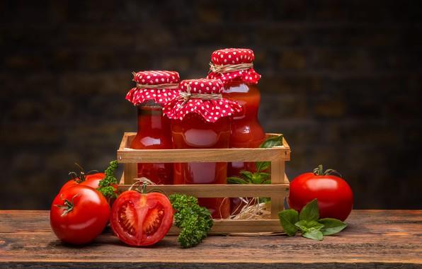 Картинка зелень, красный, темный фон, сок, баночки, доска, банки, напиток, ящик, помидоры, петрушка, томаты, композиция, томатный …