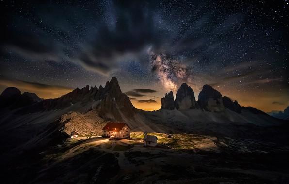 Картинка небо, звезды, облака, свет, пейзаж, горы, ночь, огни, дом, темнота, скалы, вершины, вид, высота, красота, …