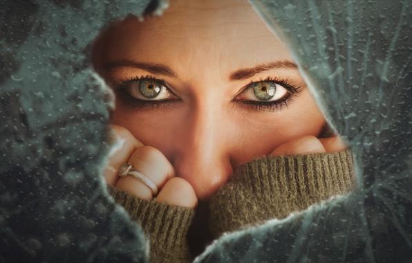 Картинка глаза, взгляд, девушка, лицо, руки, разбитое стекло