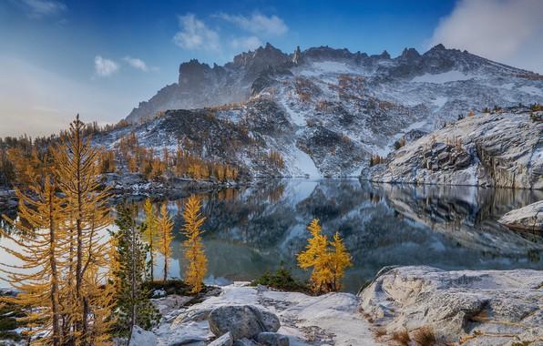 Картинка зима, осень, лес, небо, облака, снег, деревья, горы, озеро, отражение, камни, скалы, голубое, берег, вершины, …