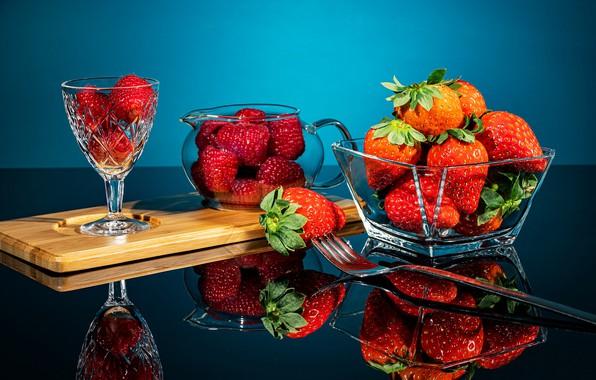 Картинка отражение, ягоды, малина, бокал, клубника, вилка, натюрморт, вазочка, Вячеслав Захаров