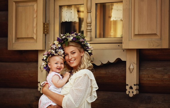 Картинка дом, женщина, окно, девочка, ставни, венок, мама, малышка, ребёнок, дочь, мать, наличники