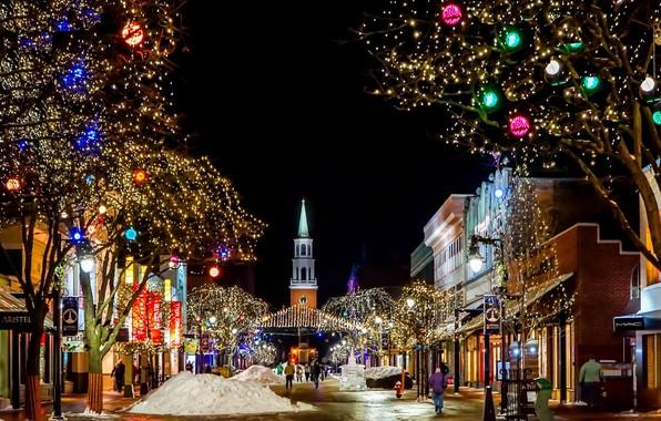 Картинка снег, украшения, деревья, город, улица, здания, дома, рождество, вечер, освещение, Рождество, церковь, сугробы, гирлянды, Бёрлингтон