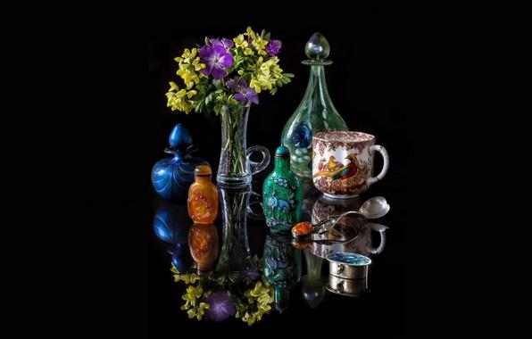 Картинка стекло, отражения, цветы, серебро, кружка, ваза, черный фон, натюрморт, картинка, букетик, графин, янтарь, перламутр, флаконы, ...
