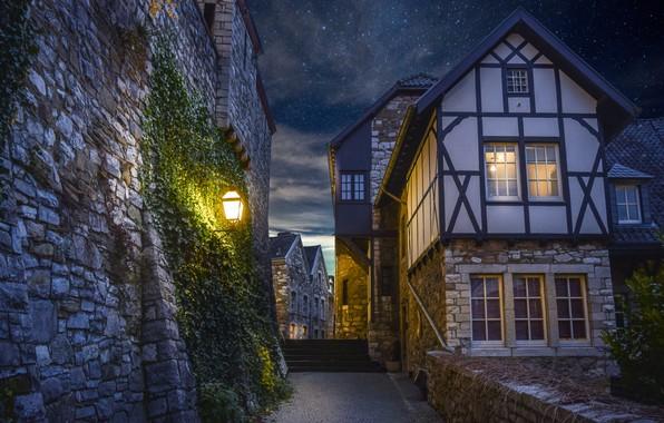 Картинка небо, ночь, город, стена, улица, дома, обработка, звёзды, освещение, лестница, фонарь, digital art, проулок