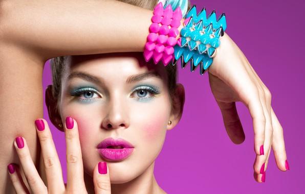 Картинка взгляд, девушка, лицо, поза, стиль, фон, руки, макияж, помада, губки, браслеты, маникюр