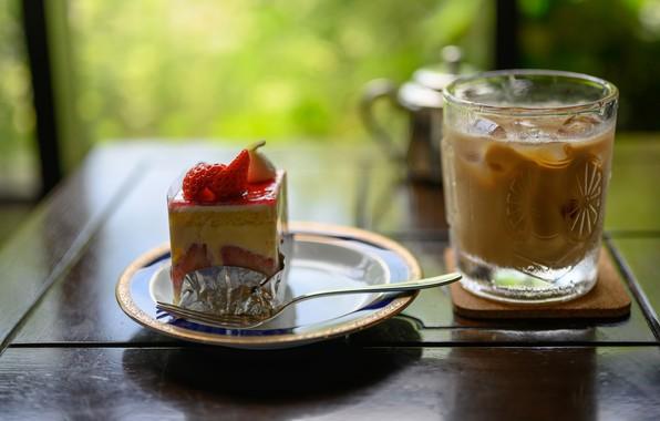 Картинка стакан, ягоды, стол, клубника, тарелка, коктейль, торт, напиток, пирожное, вилка, десерт, зеленый фон, сладкое, боке, …