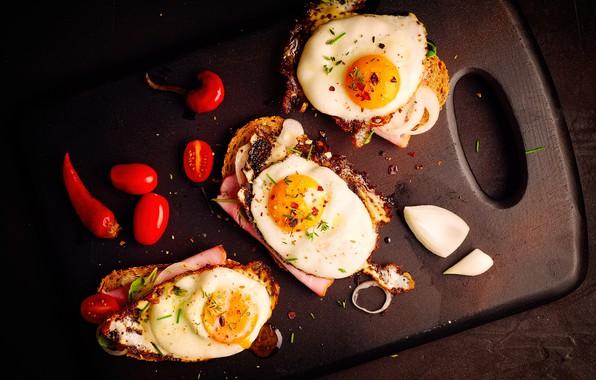 Картинка яичница, бутерброды, разделочная доска, помидорки