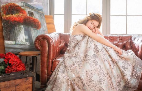 Картинка девушка, свет, цветы, поза, стиль, комната, диван, букет, картина, платье, окно, прическа, чемодан, шатенка, азиатка, …