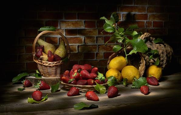 Картинка листья, ягоды, темный фон, еда, клубника, фрукты, натюрморт, корзинка, груши, предметы, лимоны, композиция