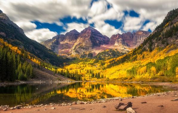 Картинка осень, лес, облака, деревья, горы, природа, отражение, скалы, берег, вершины, желтые, водоем, осенняя