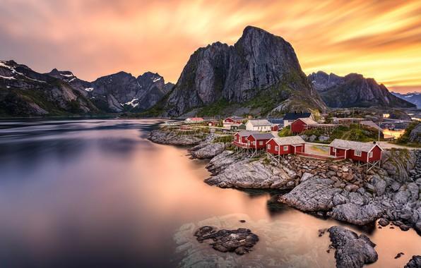 Картинка небо, облака, горы, камни, скалы, берег, вечер, Норвегия, домики, водоем, поселение, каменистый, Лофотенские острова, Лофотены
