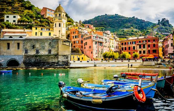 Картинка море, горы, город, люди, берег, яркие, здания, башня, дома, лодки, Италия, архитектура, строения, на берегу, …