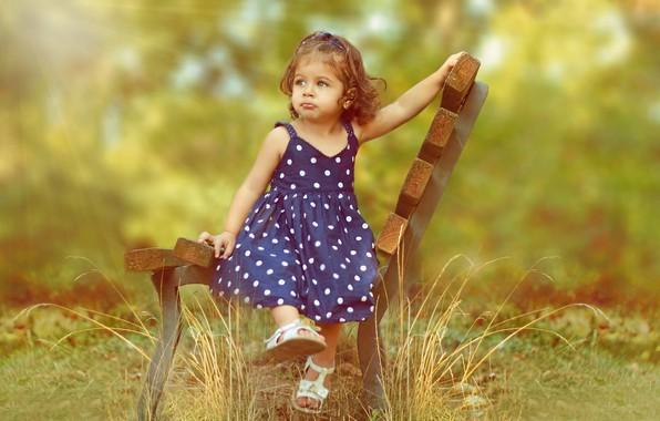 Картинка зелень, лето, трава, лучи, природа, девочка, малышка, ребёнок, скамья, локоны, сарафан, сандалии, Ahmed Hanjoul