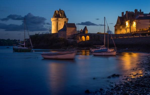 Картинка ночь, город, река, Франция, башня, лодки, подсветка, Бретань, Солидор, Сен-Серван