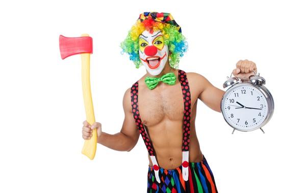 Картинка бабочка, краска, часы, фигура, клоун, будильник, прическа, наряд, белый фон, мужчина, кепка, топор, торс, штаны, ...