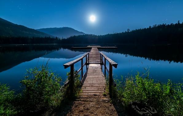 Картинка небо, пейзаж, горы, ночь, природа, озеро, луна, звёзды, причал, Канада, леса, берега, мосток