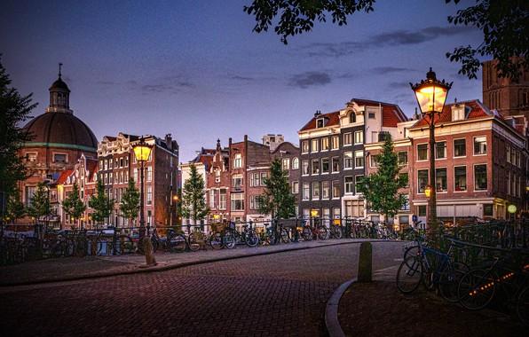 Картинка город, здания, дома, Амстердам, фонари, Нидерланды, велосипеды, Голландия