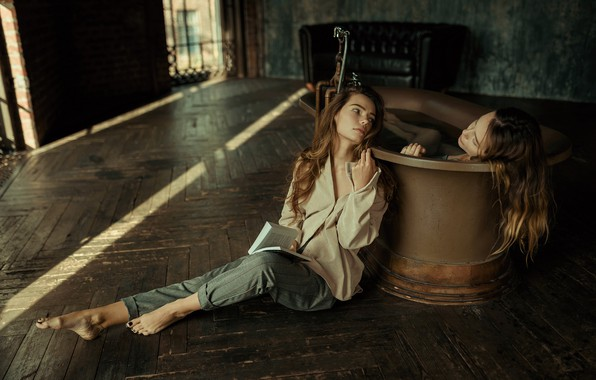 Картинка ванна, книга, две девушки, Ульяна Найденкова