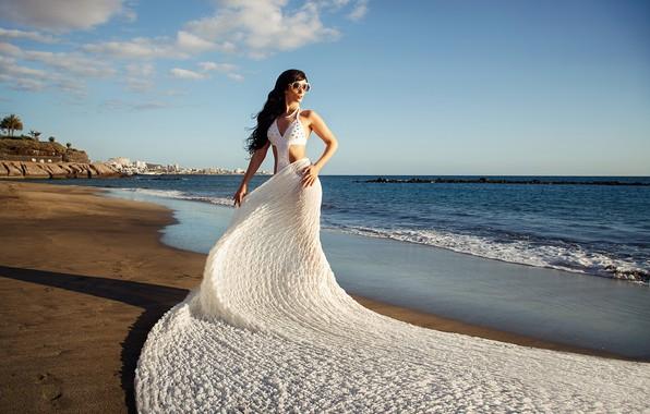 Картинка море, пляж, купальник, девушка, поза, океан, побережье, материя, шлейф, фигура, очки, ткань, Илья Ткачёв