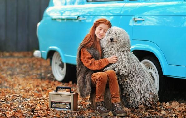 Картинка машина, авто, осень, собака, дружба, девочка, рыжая, друзья, рыжеволосая, закрытые глаза, обнимашки, транзистор, Анастасия Бармина