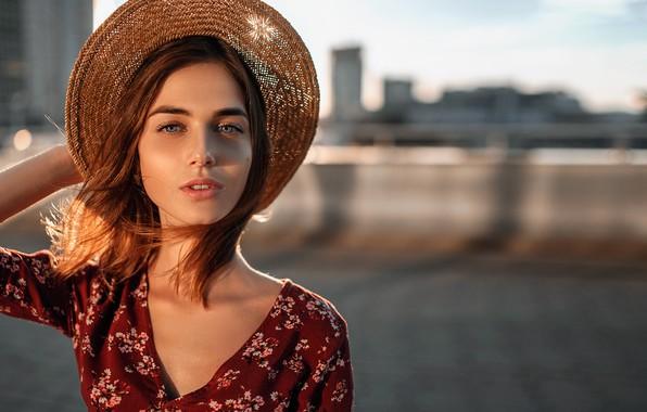 Картинка взгляд, солнце, город, поза, фон, модель, портрет, шляпа, макияж, платье, прическа, шатенка, красотка, боке