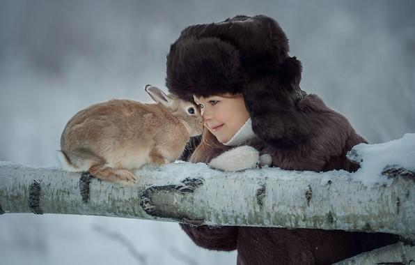 Картинка зима, шапка, кролик, девочка, бревно, друзья