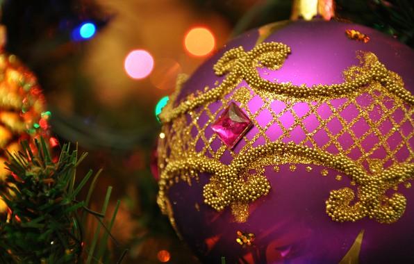 Фото обои фон, сиреневый, узор, игрушка, новый год, рождество, шарик, блестки, стразы, ёлка, украшение, позолота, хвоя, орнамент, ...