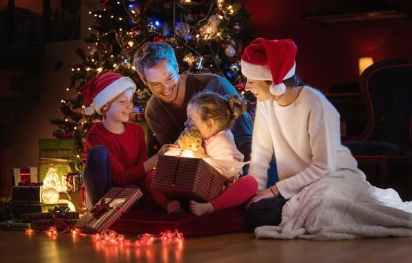 Картинка дети, женщина, елка, семья, Рождество, подарки, Новый год, мужчина, гирлянда