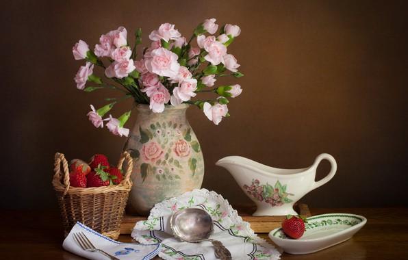 Картинка цветы, стиль, ягоды, фон, клубника, ваза, натюрморт, корзинка, салфетки, гвоздики