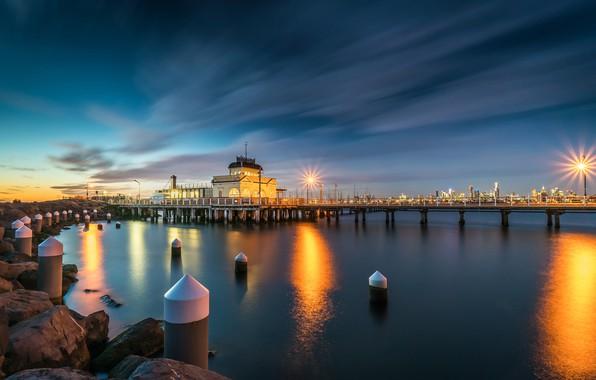 Картинка небо, облака, закат, город, огни, камни, берег, побережье, дома, вечер, Австралия, фонари, пирс, залив, Мельбурн, …