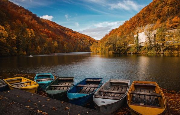 Картинка осень, лес, небо, листья, вода, облака, деревья, озеро, отражение, лодка, здание, лодки, причал, Autumn