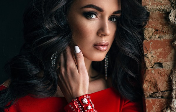 Картинка взгляд, украшения, крупный план, лицо, поза, стена, модель, рука, портрет, кирпич, макияж, брюнетка, прическа, красотка, …