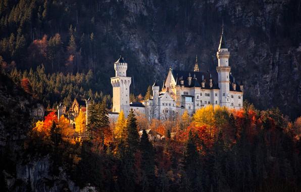 Картинка осень, лес, цвета, свет, пейзаж, горы, темный фон, замок, обрыв, скалы, листва, яркие, высота, красота, …