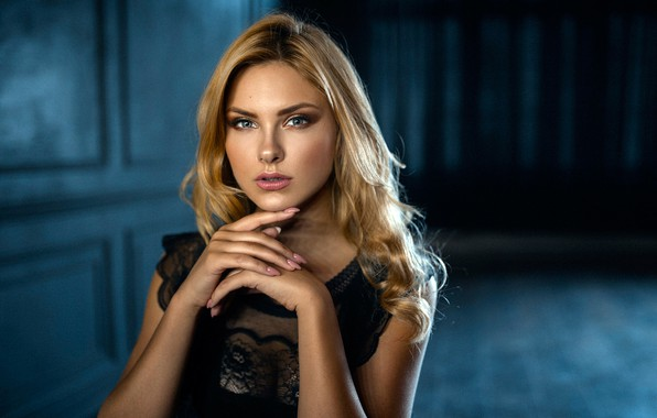 Картинка взгляд, поза, фон, модель, портрет, макияж, платье, прическа, блондинка, красотка, в черном, боке, Carla Sonre, …