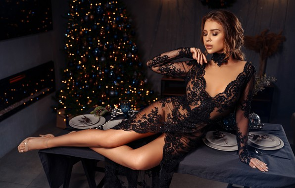 Картинка девушка, поза, стиль, платье, разрез, тарелки, декольте, Новый год, ёлка, ножки, на столе, Максим Клипа