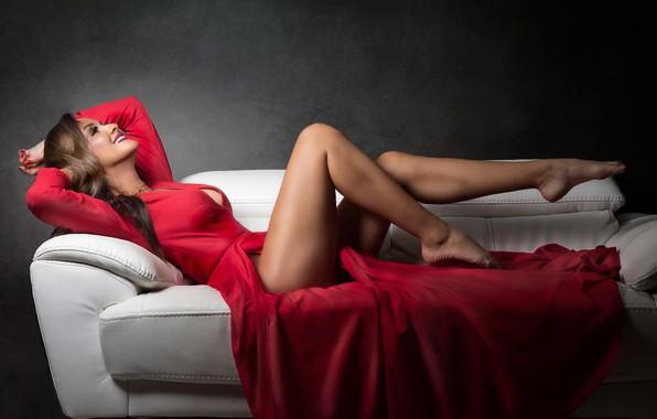 Картинка улыбка, диван, платье, Johanna, красивые ножки