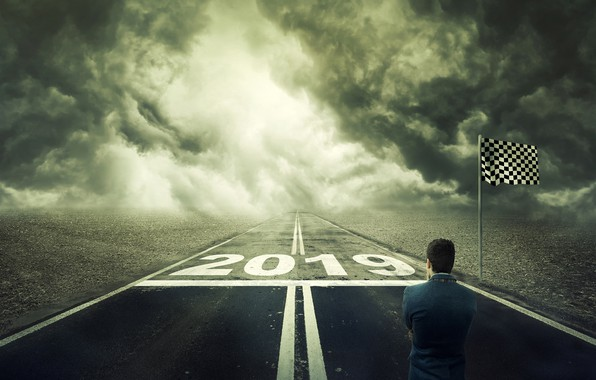 Картинка дорога, поле, облака, креатив, ситуация, шоссе, Новый год, мужчина, стоит, задумался, флажок, 2019