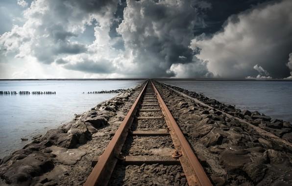 Картинка море, облака, железная дорога