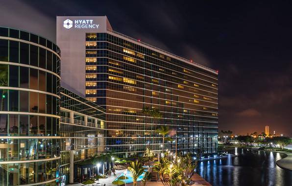 Картинка ночь, огни, пальмы, здание, бассейн, фонари, Калифорния, канал, США, Long Beach