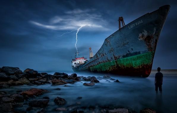 Картинка море, камни, молния, человек, корабль, мель