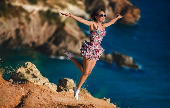 Картинка море, девушка, поза, настроение, скалы, прыжок, ноги, руки, полёт, сарафан, Алексей Латыш, Евгения Ярмак