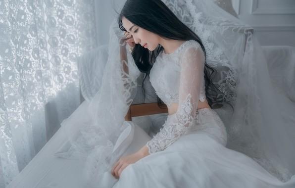 Картинка девушка, лицо, поза, стиль, комната, белое, портрет, кресло, брюнетка, окно, занавески, профиль, кружева, азиатка, сидит, …