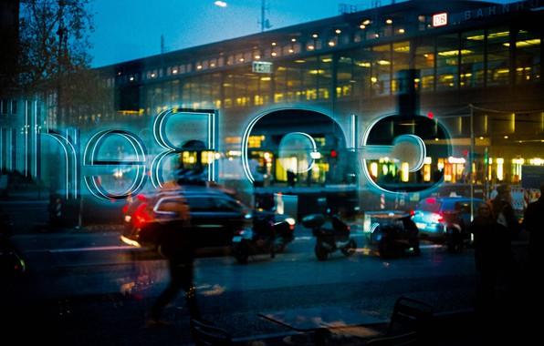 Картинка свет, машины, город, огни, люди, надпись, транспорт, улица, витрина