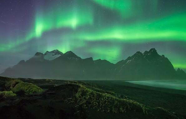 Картинка море, водоросли, пейзаж, горы, ночь, туман, скалы, берег, растительность, вершины, северное сияние, Исландия, полярное, ночное …