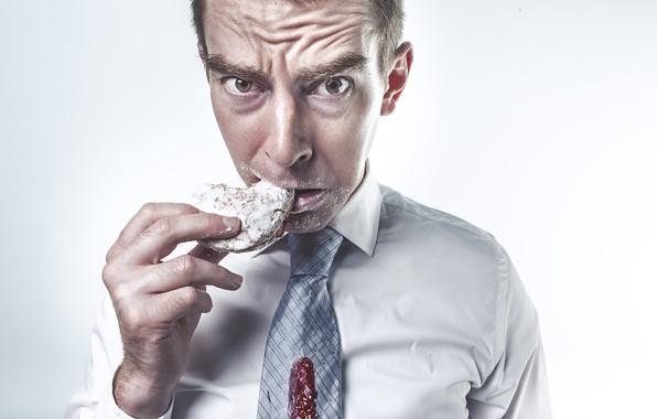 Картинка взгляд, поза, рука, печенье, галстук, белый фон, мужчина, рубашка, недовольство, ест, джем, сахарная пудра, неряха, ...