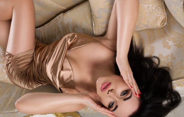 Картинка взгляд, девушка, лицо, поза, руки, макияж, платье, брюнетка, подушка, Сергей Пак